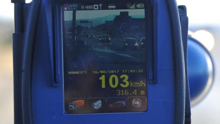 El aparato toma fotos con la velocidad impresa. También graba pequeños videos.