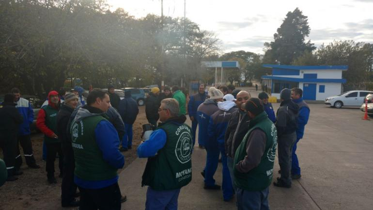 CAMIONES VARADOS. Ocurrió esta mañana en Monte Cristo (Pedro Castillo/La Voz).