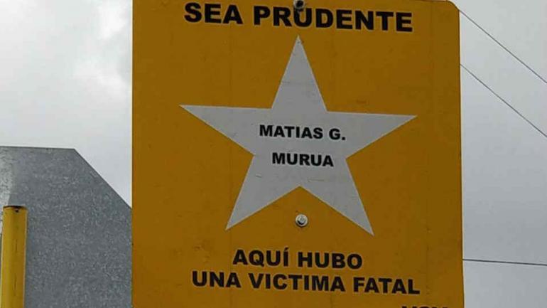 SEÑALIZANDO LA EMOCIÓN. El siete de mayo, cuando se cumplían 3 años del choque que provocó la muerte de Matías, familiares y amigos colocaron un cartel en su nombre.