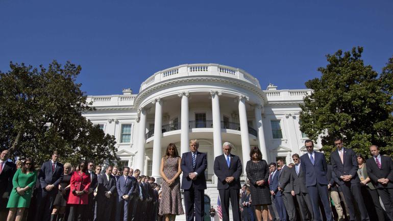 Minuto de silencio. Trump y Pence, con sus esposas en Washington.