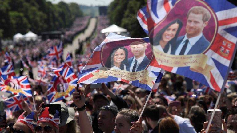 En Windsor más de 100 mil personas se dieron cita para seguir de cerca el acontecimiento del año en el Reino Unido. (AP)