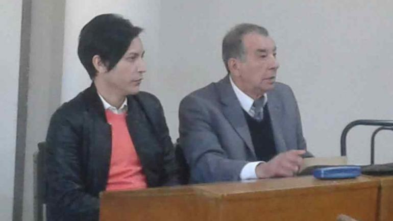 LA MUERTE DE CHOCOLATE. El acusado Gómez, con su abogado, durante el primer día de audiencias. (Gentileza El Periódico).