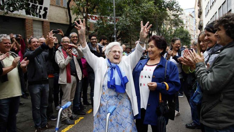 Festejo. Una mujer celebra después de sufragar. Por entonces, el ambiente festivo de algunas zonas de Barcelona contrastaba con la represión. (AP)