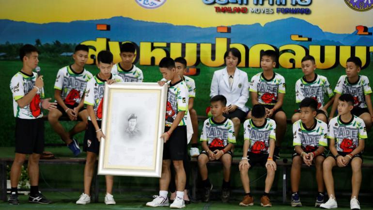 El homenaje y reconocimiento a Saman Gunan, el buzo Thai SEAL retirado que murió durante su intento de rescate (AP).