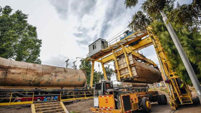 Del camión al tren. En la playa de transferencia, los residuos son compactados dentro de contenedores que se cargan en minutos, mediante grúas, en vagones ferroviarios.