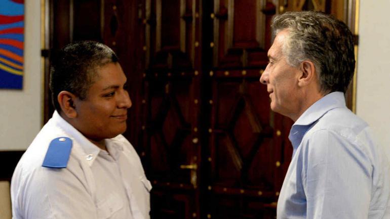 El presidente, Mauricio Macri recibió en la Casa de Gobierno al policía Luis Chocobar. Macri dio su respaldo a Chocobar, procesado por el homicidio de un joven de 18 años. (AP / Archivo)