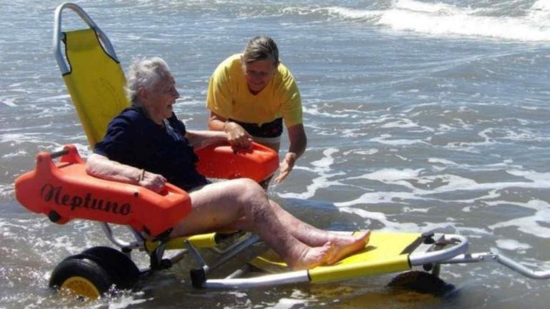 Sueño cumplido para la abuela Chola, meterse al mar tras varios años sin poder hacerlo (La Voz del Pueblo).