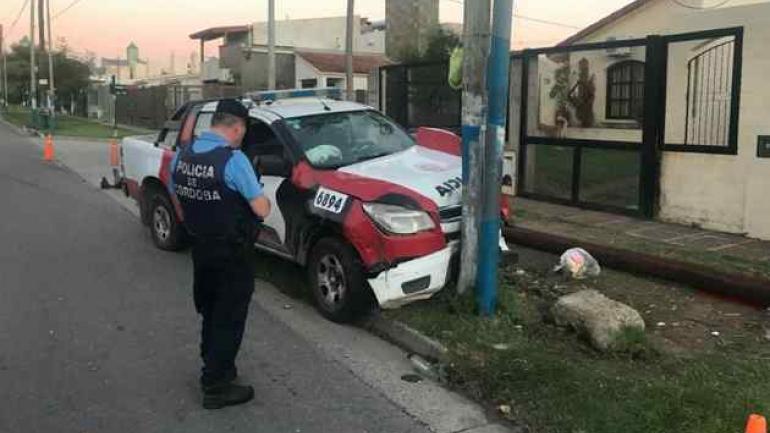 Un CAP chocó contra un poste, el miércoles, en Córdoba capital. Los dos uniformados terminaron en el Hospital de Urgencias.