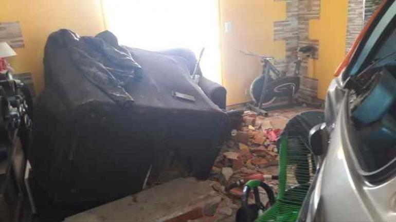CHOQUE. Los vecinos sostienen que el hombre estaba recién aprendiendo a manejar. (Clarín.com)