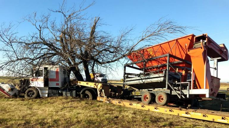 El auto colisionó con un transporte de carga que trasladaba una máquina de pre limpieza de cereal y un tractor (Policía).