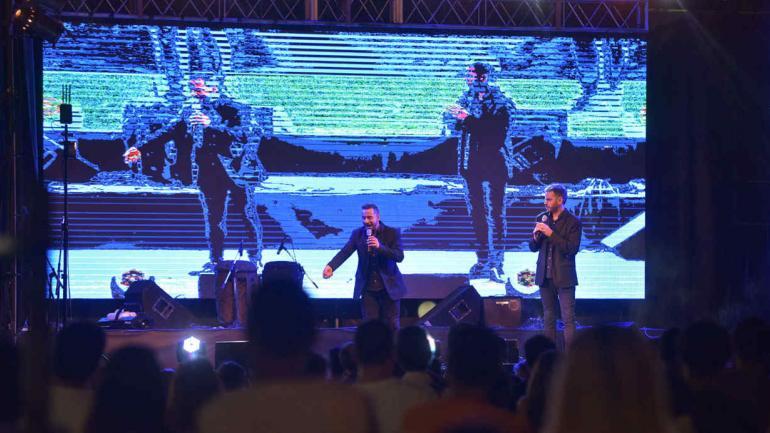 """Camilo y Nardo hicieron de las suyas arriba del escenario. Después de comerse un """"chori"""", claro. (Javier Cortéz)"""