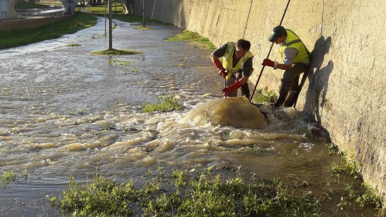 CLOACA. Una cuadrilla municipal trabajó este viernes en el sector (Prensa Municipal).