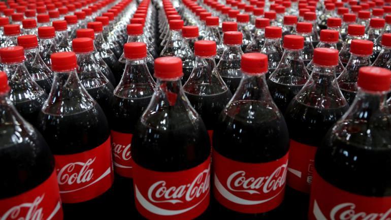 BOTELLAS. De Coca-Cola (AP/Tatan Syuflana/Archivo).