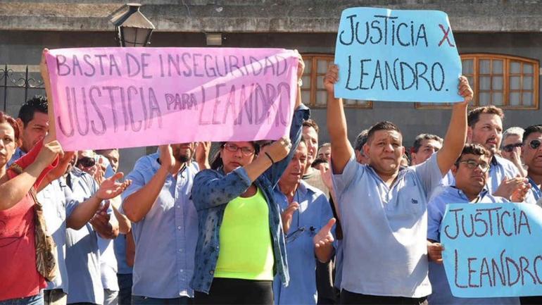 MARCHA. Familiares y amigos de Leandro Alcaraz pidieron justicia a una semana del crimen (La Nación).