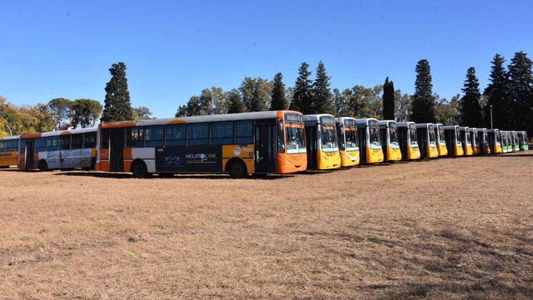 Colectivos del transporte urbano en el predio de la Escuela de Aviación Militar, el domingo por la tarde (La Voz).