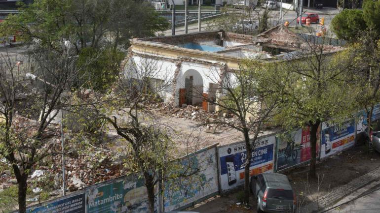 El techo a cuatro aguas de teja francesa fue demolido en abril pasado (Ramiro Pereyra).