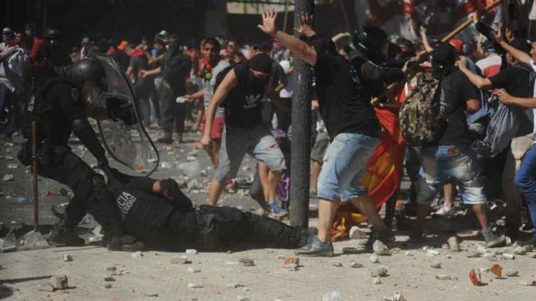 Los manifestantes lanzaron piedras contra la Policía de la Ciudad de Buenos Aires. (Federico López Claro) (La Voz).