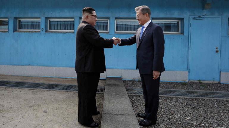 COREA. El acercamiento entre los mandatarios de las dos Coreas (AP).