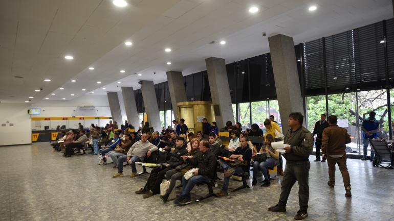 PROTESTA. Los trabajadores en asamblea permanente en la sede del Correo Argentino. (Pedro Castillo / La Voz)