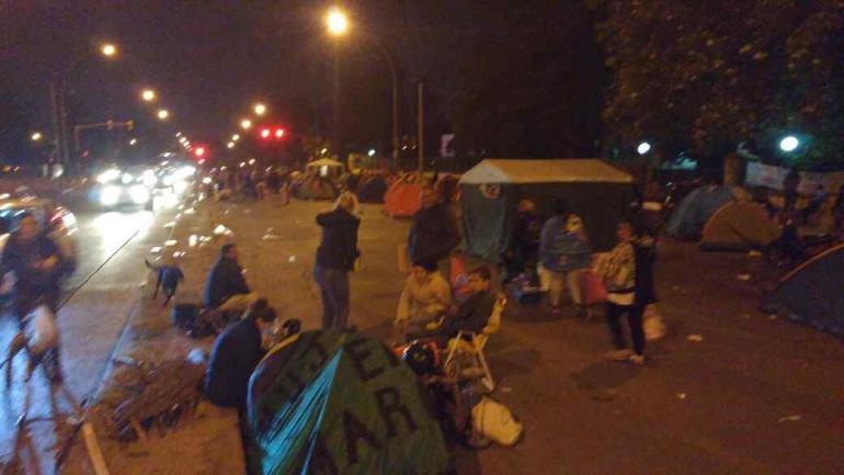 ACAMPE EN VÉLEZ SARSFIELD. Organizaciones sociales reclamaban el lunes por la noche frente al ministerio de Desarrollo Social de la Provincia. (Javier Ferreyra)