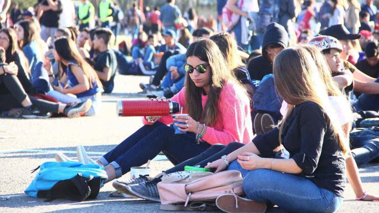 Además del rock, el cuarteto, el deporte y los juegos, los estudiantes se tomaron su tiempo para relajarse con unos mates. (La Voz)