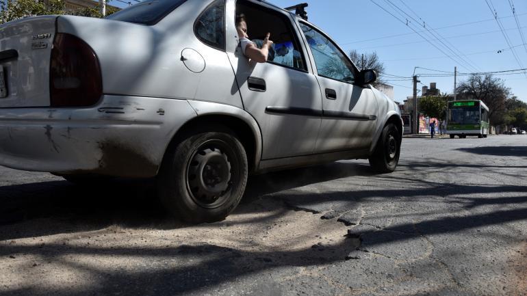 Calle Urquiza, al 2400, en Alta Córdoba. Está tan roto el pavimento que los baches se van haciendo cada vez más profundos. (Ramiro Pereyra)
