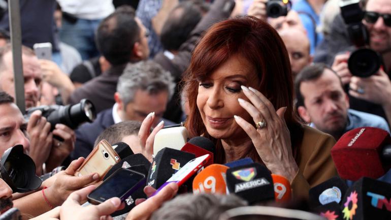 Cristina Fernández de Kirchner el 31/10/2016 luego de declarar ante la Justicia por primera vez como imputada por supuesta corrupción. (DPA / Archivo)