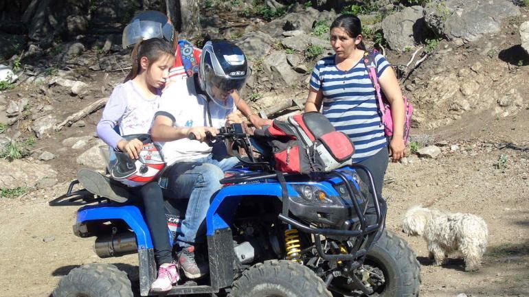 Ahora en cuadriciclo. Lucía y su familia (La Voz).