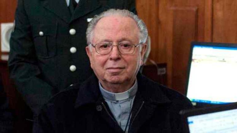ABUSOS. Juan Barros Madrid fue acusado de encubrir los casos de abusos del sacerdote Fernando Karadima (en la foto). (Getty Images / Archivo)