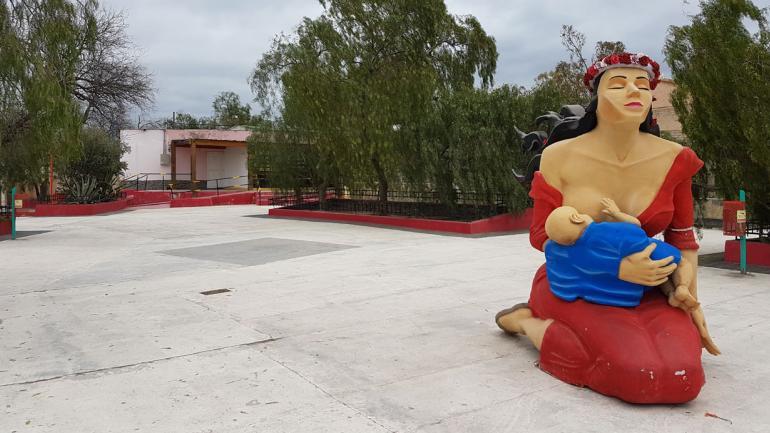 AMOR DE MADRE. La estatua que se hizo en honor a Deolinda Correa en Vallecito (La Voz).