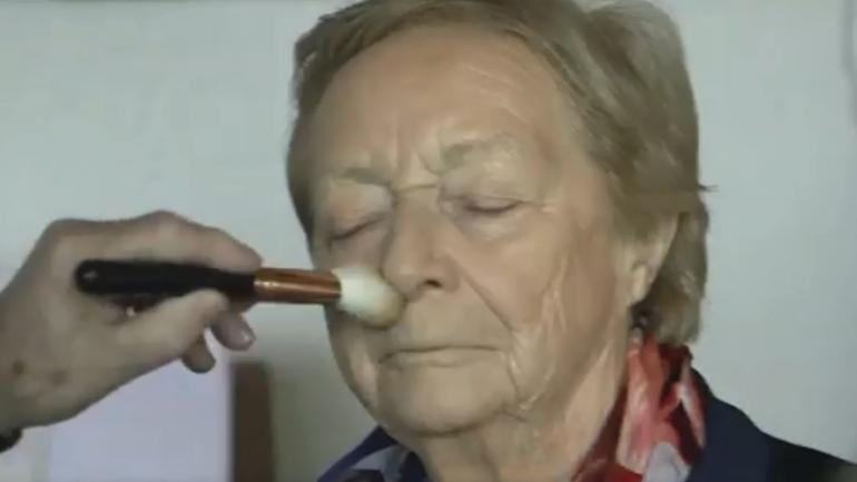 Talento natural. Des maquillando a Mona. (BBC)