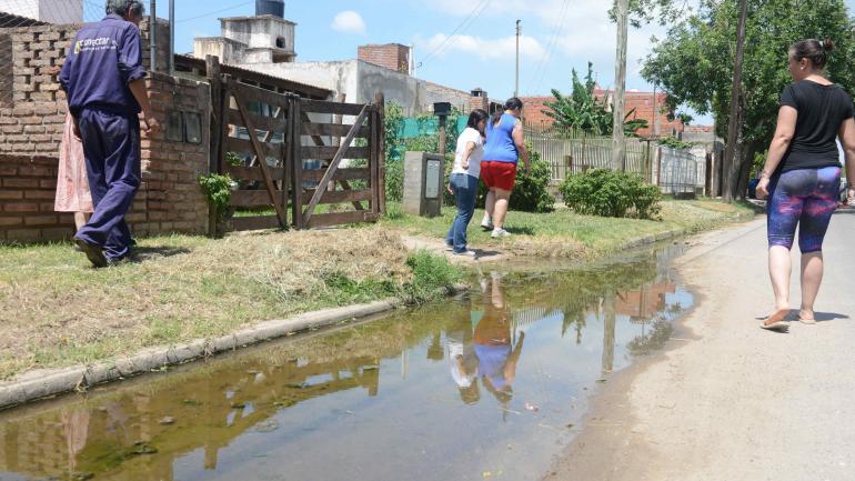 Un charco pestilente ocupa la mitad de la vía y se acerca a las casas de la calle Barbados.