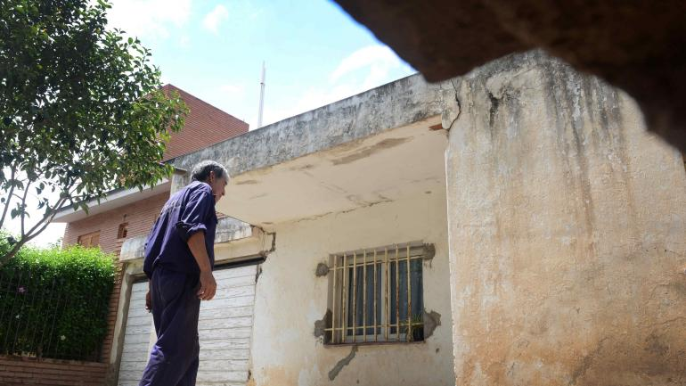 En algunas casas comenzaron a abrirse grietas. Cede el piso en veredas y en patios.