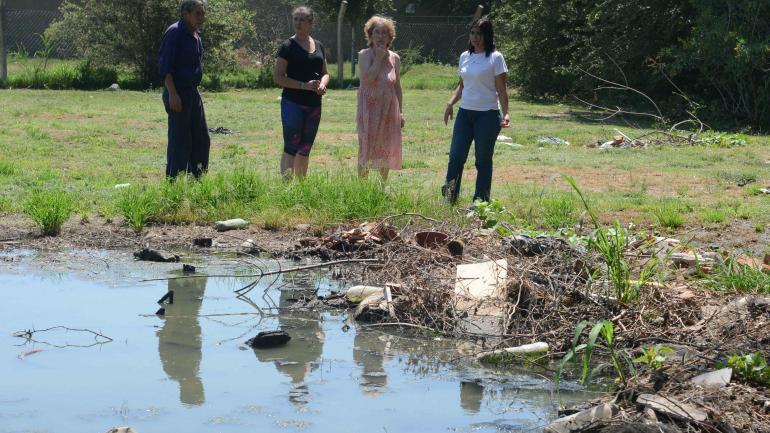 La planta fuera de funcionamiento genera una laguna cloacal que contamina y derrama hacia la calle. (José Hernández)