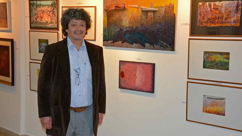 Dante Silva, con los cuadros que donó y que se exponen ahora en Río Tercero. (fotos Municipalidad Río III)
