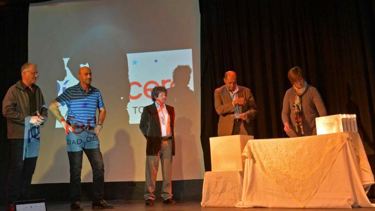 El acto oficial en el que las autoridades municipales reciben la donación de Silva. (foto Municipalidad)