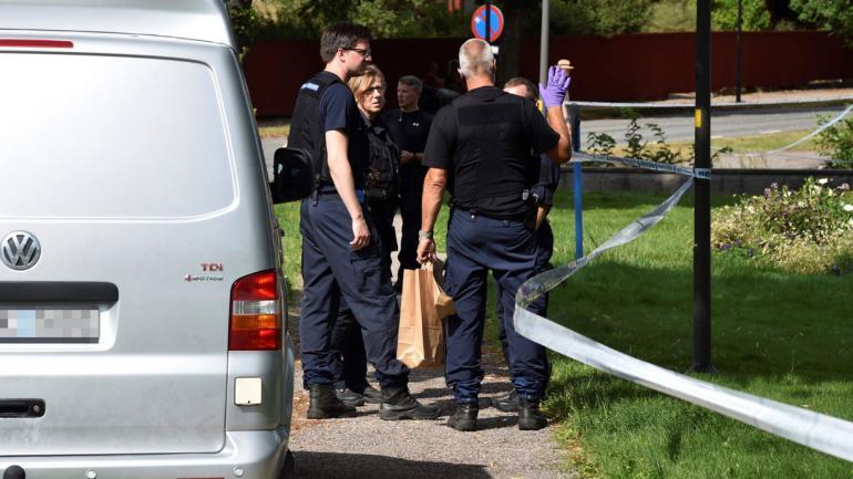 POLICÍAS. Cerca de la escena de un robo en la catedral de Strangnas, en Strangnas, Suecia (Pontus Stenberg/TT News Agency vía AP).