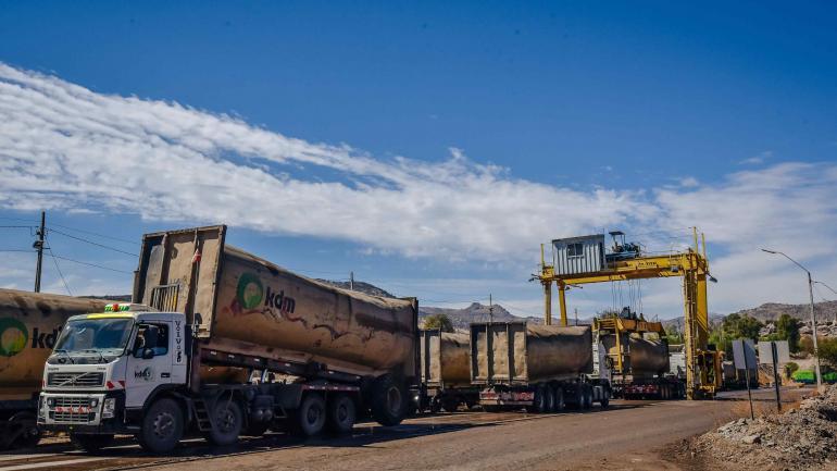 Descarga. Una vez que el tren llega al relleno sanitario, cada silo es bajado con grúas a camiones que lo llevan y vacían en los sitios de enterramiento.