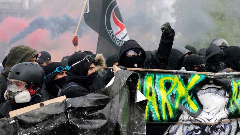 Máscaras de gas y rostros de Karl Marx, para reclamar en las calles de París, Francia. (AP)