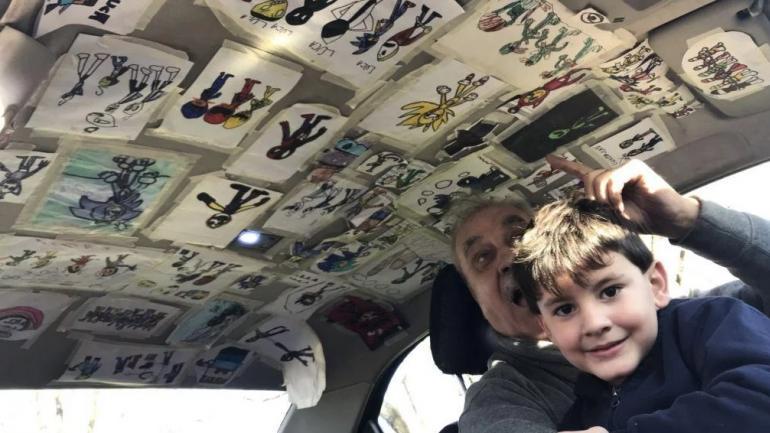 Mario llenó el techo de su taxi con los dibujos de su nieto Luca. (TN)