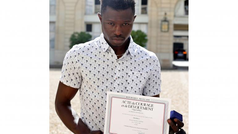 Diploma al coraje. Mamoudou Gassama con su reconocimiento. (AP)
