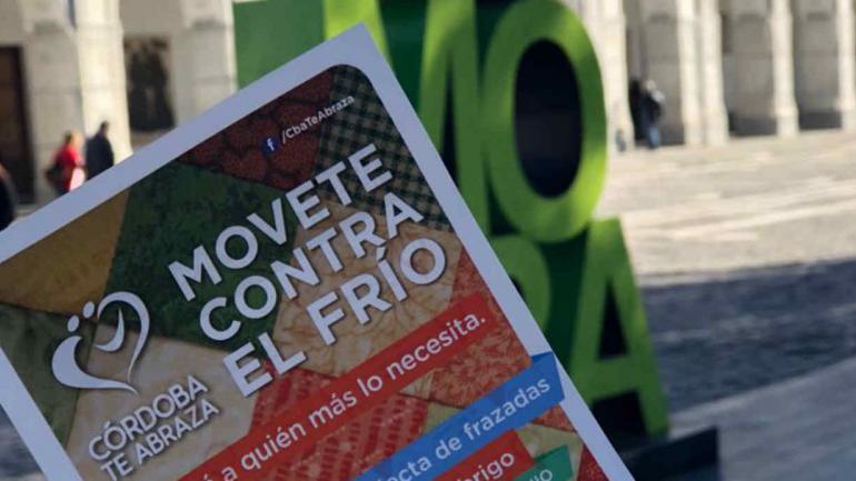 """FLYER. Los voluntarios reparten folletos en distintos lugares para difundir la campaña. (Gentileza """"Córdoba te abraza"""")"""