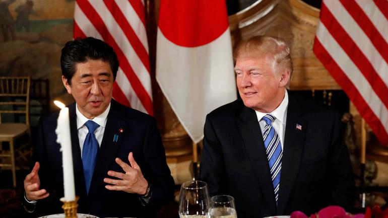 El primer ministro japonés, Shinzo Abe junto a Donald Trump. (AP)
