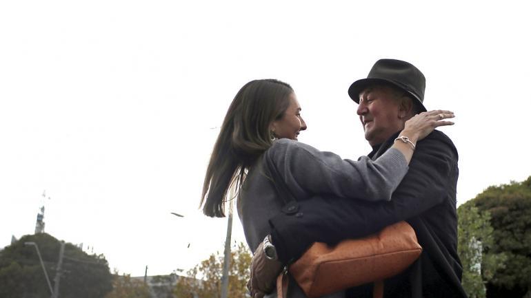 El abrazo entre Peter Peacock y Gypsy Diamond cuando se encontraron en Melbourne, después de un año. (Foto AP / Wong Maye-E, archivo)