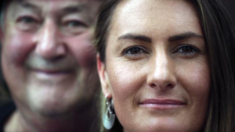 Peter Peacock, 68, izquierda, y Gypsy Diamond, 36, posan para un retrato en Melbourne, Australia. Peacock, quien donó esperma anónimamente alrededor de 1980, fue contactado recientemente por Diamond, su hija biológica, luego de que una nueva ley en Australia eliminara retroactivamente el anonimato otorgado a los donantes de esperma hace décadas. (Foto AP / Wong Maye-E)