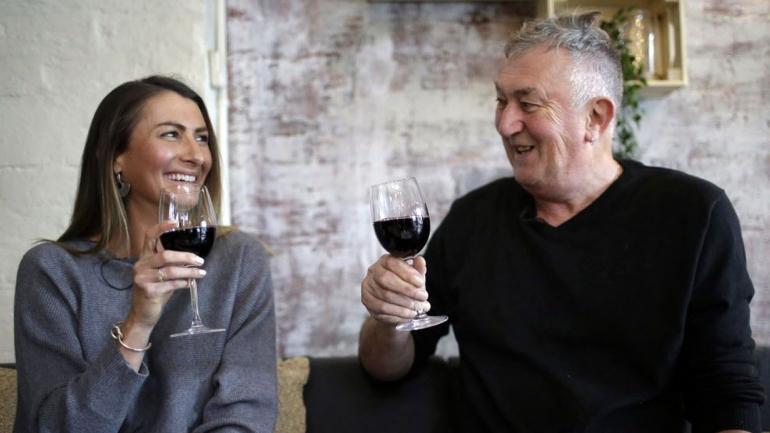 Peter y Gypsy comparten una copa de Syrah, su vino preferido. (Foto AP / Wong Maye-E)