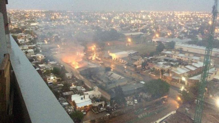 FUEGO EN BANDO. Pese a la lluvia las llamas continuaban (Esteban Allende).