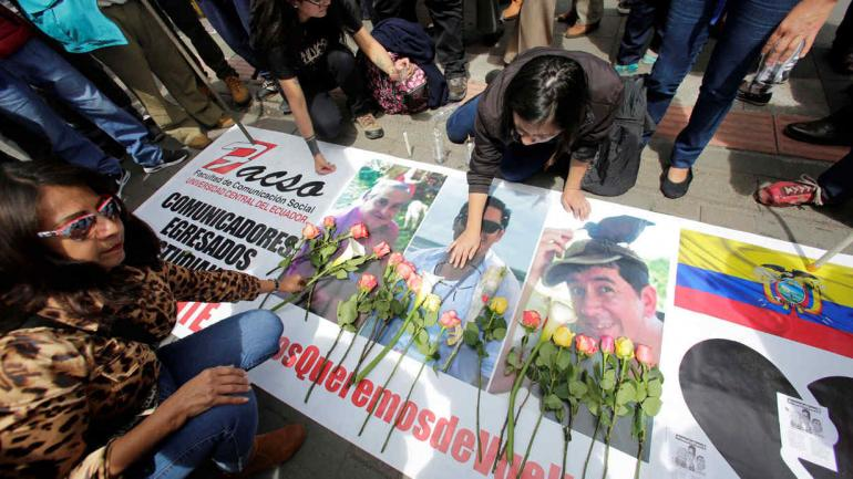 ECUADOR. Ofrendas florales a los periodistas y el chofer asesinados en la frontera con Ecuador (AP).