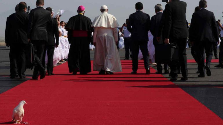Por la paz. Una paloma acompaña al Papa en su llegada a Trujillo. (AP)