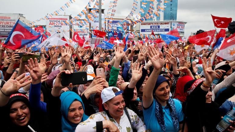 Los partidarios agitan durante una manifestación electoral del presidente de Turquía, Recep Tayyip Erdogan, y su gobernante Partido Justicia y Desarrollo, o AKP, en Estambul. (AP)